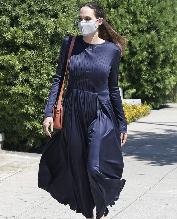 Фото №1 - На прогулке как на «Оскаре»: Анджелина Джоли в бесподобном синем шелке