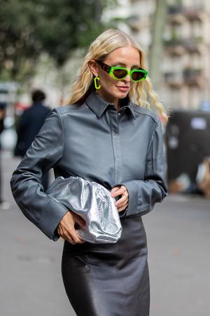 Фото №6 - В офис и на свидание: как носить модные неоновые оттенки