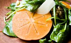 Салат из шпината и хурмы
