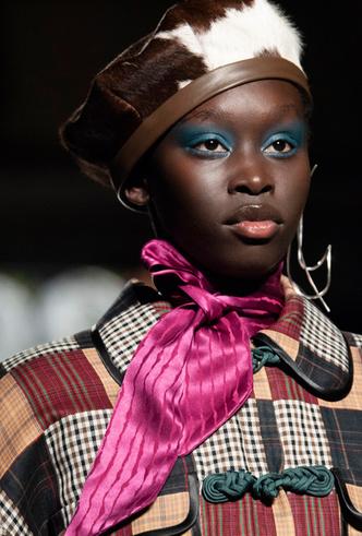 Фото №14 - Как носить шелковые платки: 10 самых простых и стильных способов