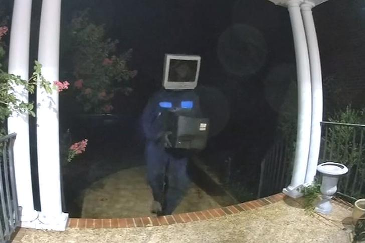 Фото №1 - Человек-телевизор ночью принес людям телевизоры