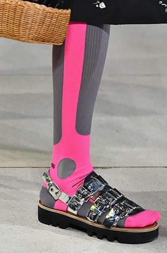 Фото №19 - Стразы, ботфорты и колготки в сеточку: как в моду входит все то, что раньше считалось безвкусицей