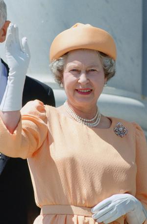 Фото №6 - Какое украшение Елизавета II носит практически постоянно (но вы не замечали)