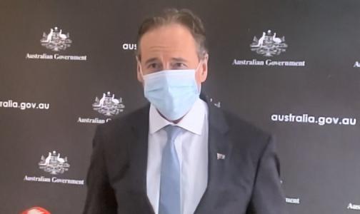 Фото №1 - Глава минздрава Австралии призвал жителей носить маски, но не смог надеть ее с первого раза