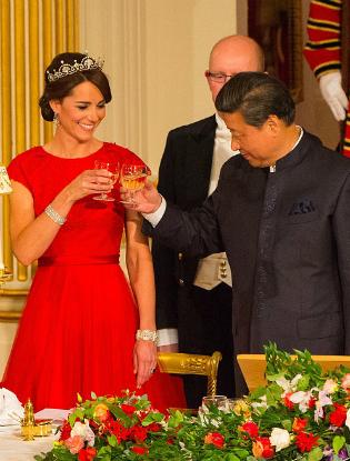 Фото №3 - Любимый дизайнер герцогини Кембриджской вышла замуж в сером