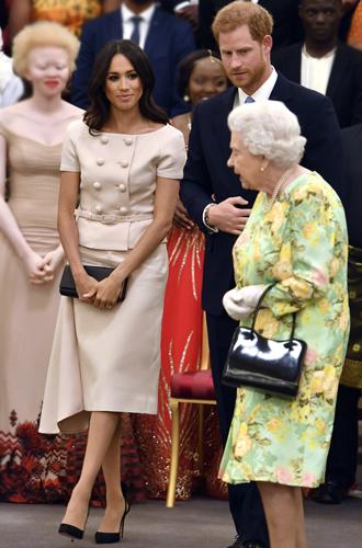 Фото №3 - Меган Маркл и Елизавета II снова вместе вышли на работу