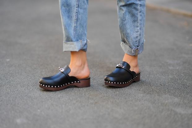 Фото №1 - Самая «уродливая» летняя обувь: как клоги вновь стали трендом