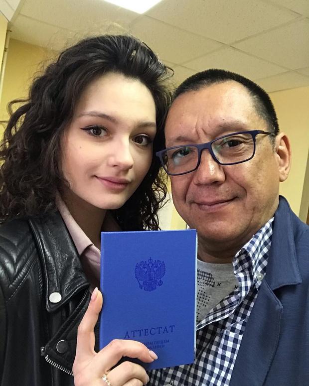 Фото №1 - Похудевшая на 30 кг дочь Кончаловского получила школьный аттестат