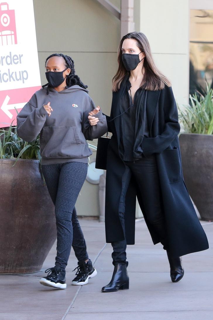 Фото №2 - Узкие джинсы + объемное пальто: Анджелина Джоли на прогулке с дочерью