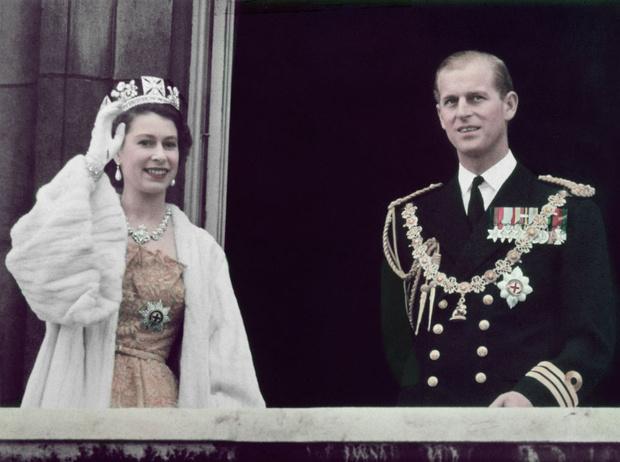 Фото №1 - Как изменились отношения принца Филиппа и Елизаветы, когда она стала королевой