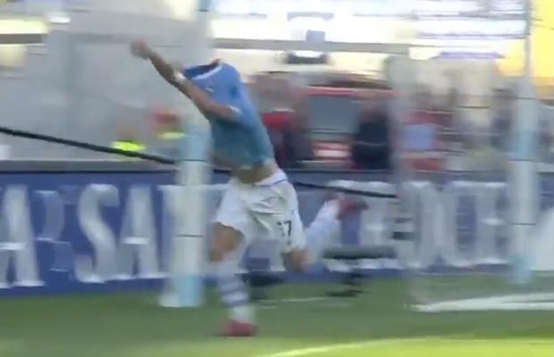 Фото №1 - Конфуз: футболист попытался торжествующе сорвать с себя футболку, но запутался и упал (видео)