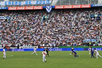 На матчи столичной команды «Ривер Плейт» собираются тысячи аргентинских болельщиков.