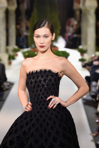 Фото №1 - Белла Хадид в платье-бюстье стала звездой шоу Oskar de la Renta