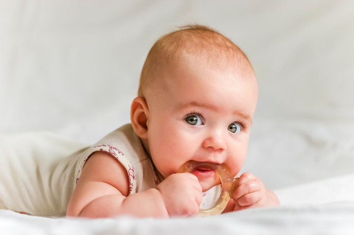 Фото №1 - Режутся первые зубы у ребенка: терпеливо наблюдать или активно вмешиваться?
