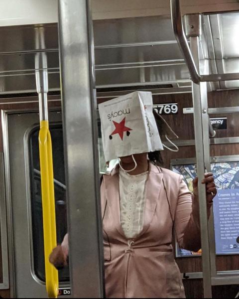 Фото №3 - Как люди ездят в метро во время пандемии: 40 уморительных фото