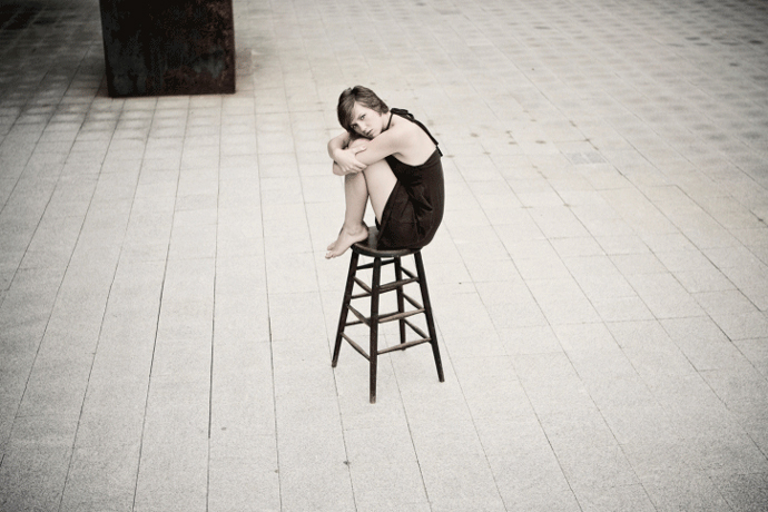 Женщина в пустом зале