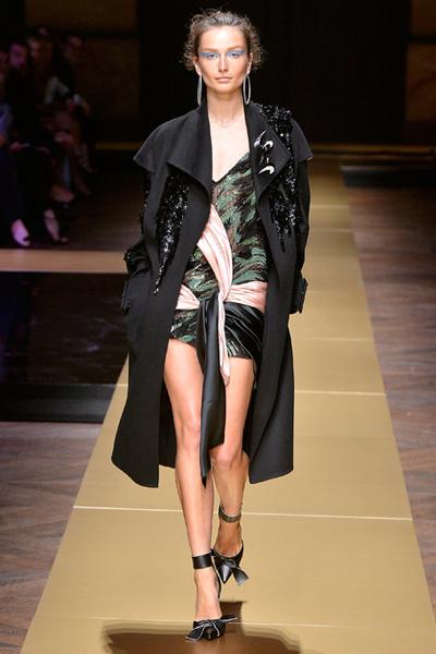 Фото №4 - Плащи Haute Couture и туфли с бантами на парижском показе Versace