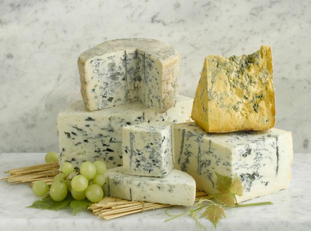 Фото №2 - Рецепт недели: запеченный сыр Фурм-д'Амбер с грушами и креветками