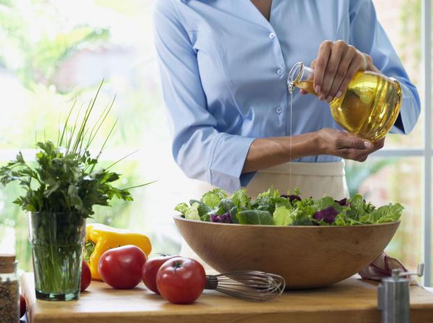 Фото №1 - Травы маслом не испортишь: готовим оригинальные заправки для салатов