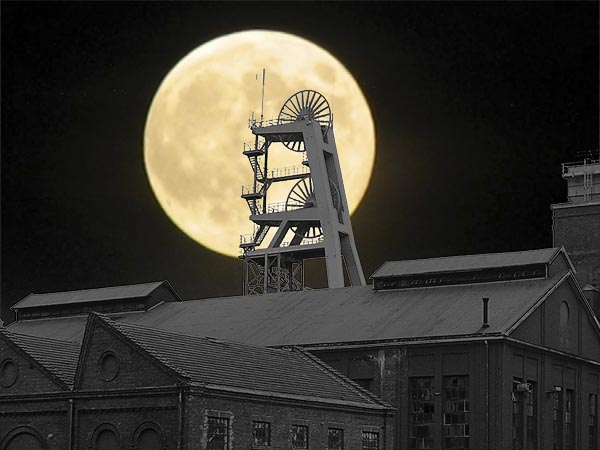Фото №1 - Невидимкою луна освещает взрыв на шахте