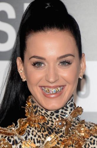 Фото №2 - Стразы, грилзы и клыки вампира: самые странные зубные «украшения» звезд