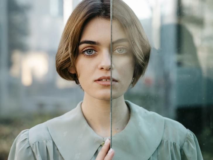 Фото №1 - Все на меня смотрят: что такое эффект прожектора (и как он портит вашу жизнь)