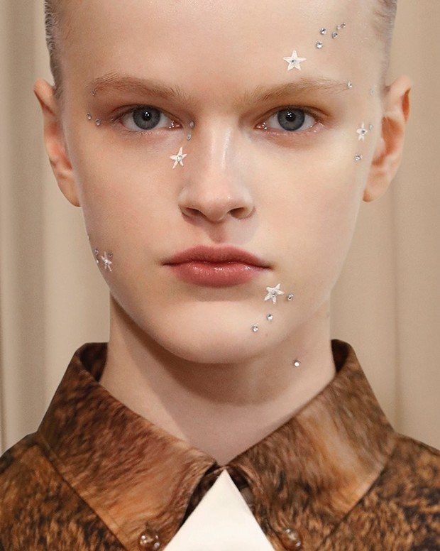 Фото №1 - Тонко и со вкусом: звездный макияж на показе Burberry Men's Fall 2021