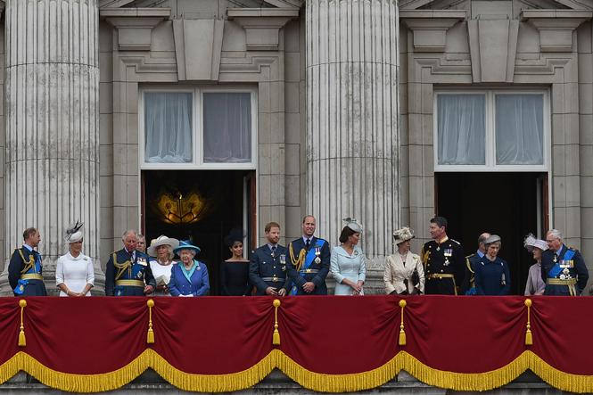 Фото №6 - Почему Меган Маркл стояла на балконе рядом с Королевой (а Кейт – никогда)