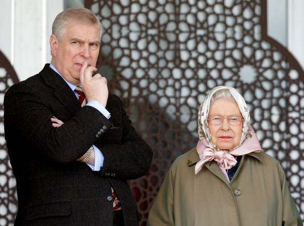Фото №1 - Мама заплатит: как Королева отреагировала на новые скандалы вокруг принца Эндрю