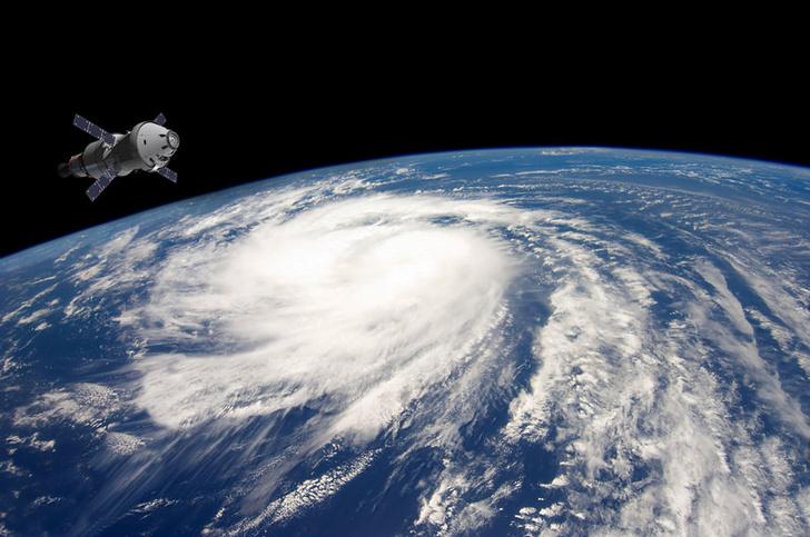 Фото №1 - Почему с земли видны спутники, ведь они маленькие?