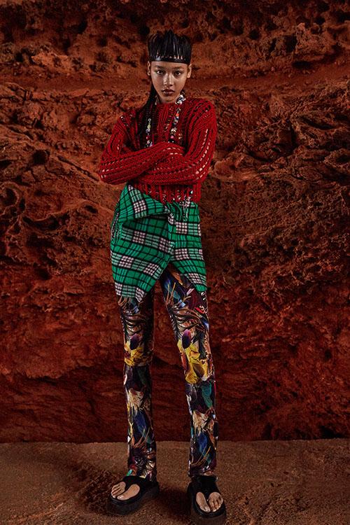 Фото №2 - Цветные шубы, вязаные брюки и венец из перьев: коллекция Attico осень-зима 2021