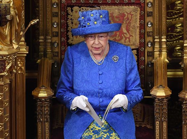 Фото №5 - Символы и знаки: как королевская семья общается при помощи одежды