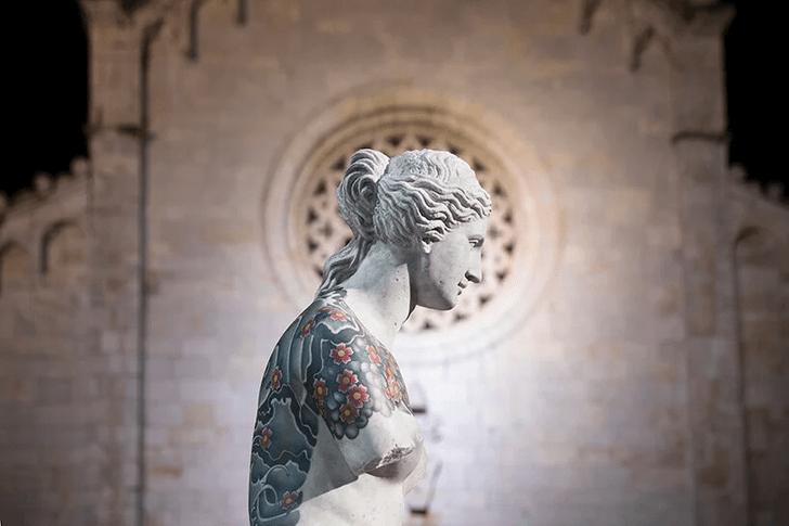 Фото №9 - Скульптуры с татуировками на уличной выставке в Тоскане