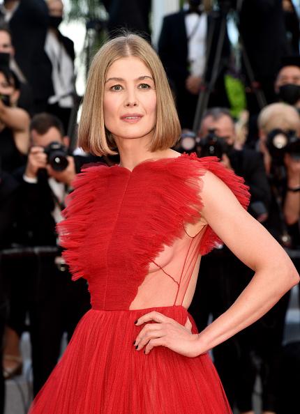 Фото №2 - Червонная королева: «сердечное» платье Розамунд Пайк на церемонии закрытия Каннского кинофестиваля