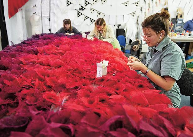 Фото №2 - 47 платьев на одну Круэллу: как создавали наряды для диснеевского фильма
