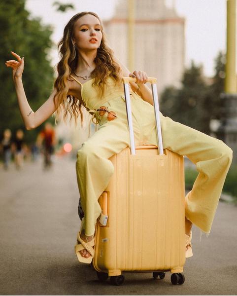 Фото №1 - Арина Данилова: как носить желтый цвет этим летом, чтобы излучать позитив 💛