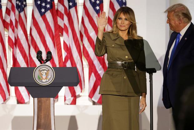 Фото №1 - Сдаемся без боя: ослепительная Мелания Трамп в костюме Alexander McQueen в стиле милитари