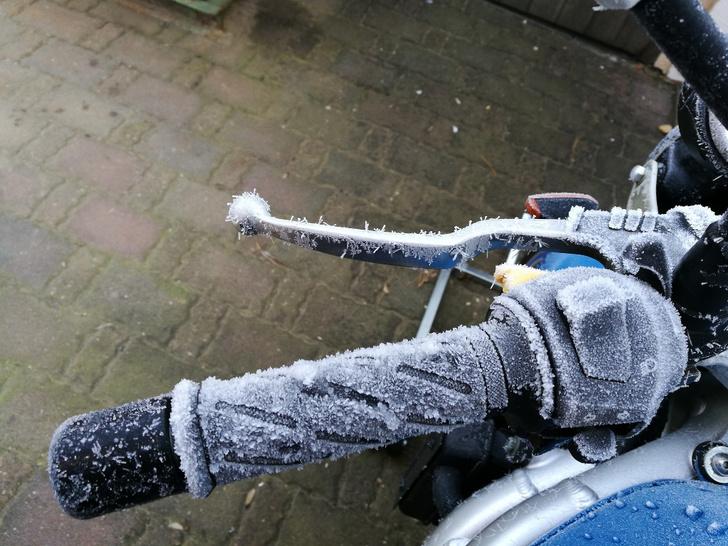 Фото №3 - Гусеницы, саморезы, седло с подогревом: 5 интересных фактов о зимней езде на мотоцикле
