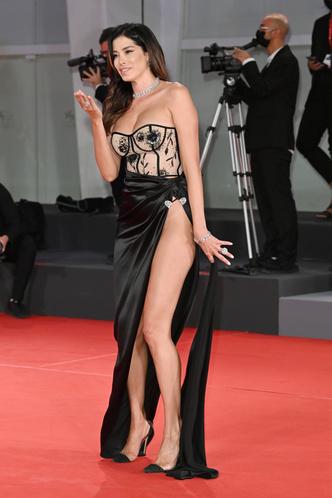 Фото №33 - Самые откровенные платья Венецианского кинофестиваля: соблазнительная фотоподборка