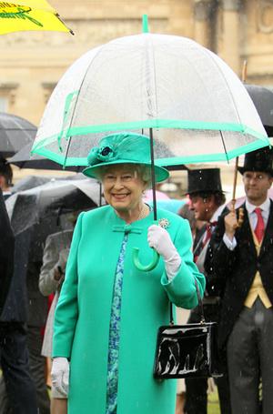 Фото №24 - Как отличить Королеву: каблук 5 см, сумка Launer, яркое пальто и никаких брюк