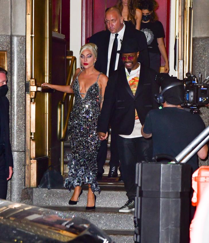 Фото №1 - Ослепительный образ Леди Гаги. На этот раз без сумасшедшей обуви, но в невероятном платье