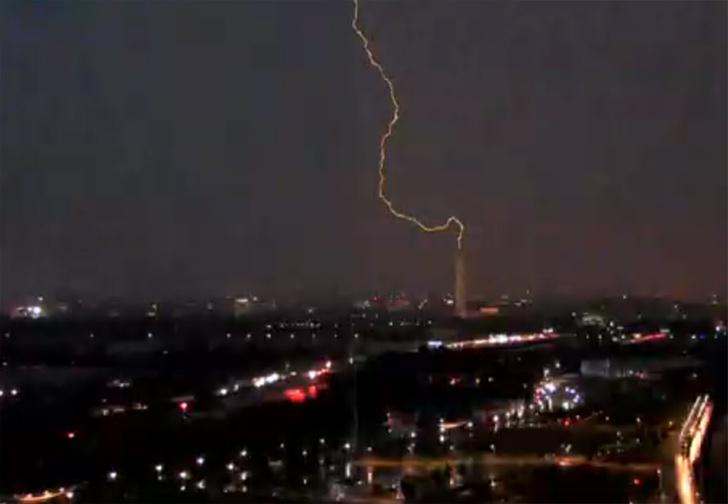 Фото №1 - В США взбунтовалось даже небо и ударило молнией в монумент Вашингтону (видео)