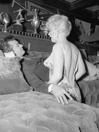Фото №9 - 5 культовых кинонарядов Мэрилин Монро и забавные истории, связанные с ними