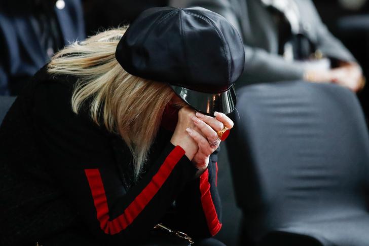 """Фото №3 - «Сегодня слова """"Жил-был художник один"""" только о тебе»: Пугачева заплакала на прощании с Красновым"""