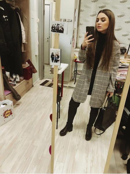 Пиджак: Monki, водолазка: Zara, брюки: Zara, ботильоны: Lamoda.ru, сумка: New Yorker