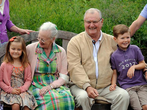 Фото №28 - Самые трогательные фотографии королевских бабушек и дедушек с внуками