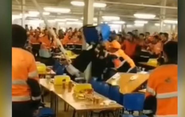 Фото №1 - Массовая драка в русской рабочей столовой, которая сделает честь салунам Дикого Запада (видео)