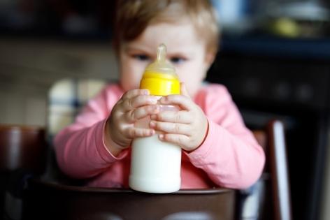 Коровье молоко детям до года: можно или нет