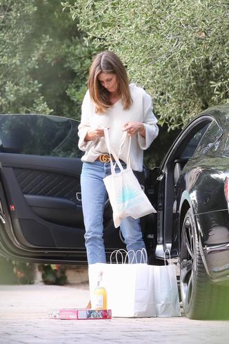 Фото №3 - Голубые джинсы и кремовый свитер: Синди Кроуфорд идеально утеплилась