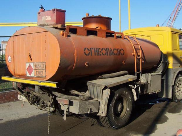 На бензовозах в качестве антистатика-заземлителя используется металлическая цепь